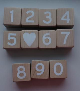 Puidust valged numbriklotsid suured numbrid
