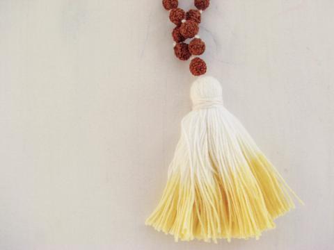 Neemipuu ja rudraksha seemnetega kollase tutiga närimiskee